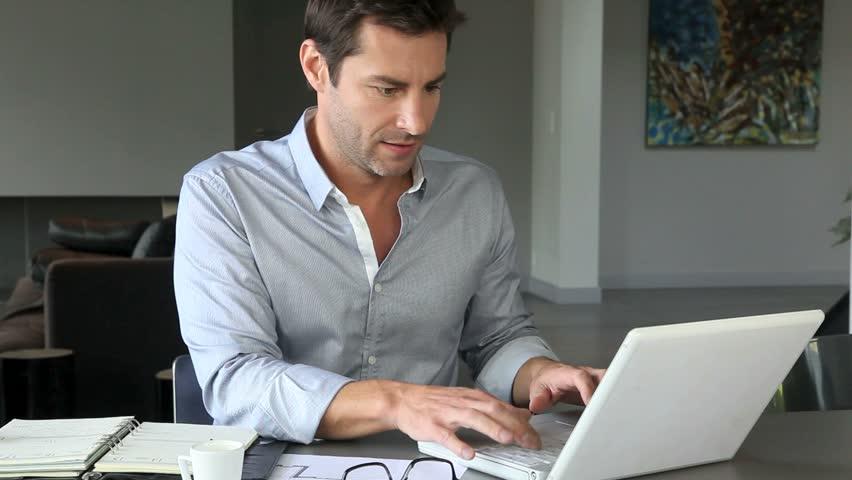Man achter een computer